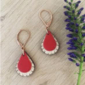 Les boucles d'oreilles en bois GOUTTE Rouge se composent d'un empiècement de cuir rouge, assorti à une goutte en bois de Hêtre.