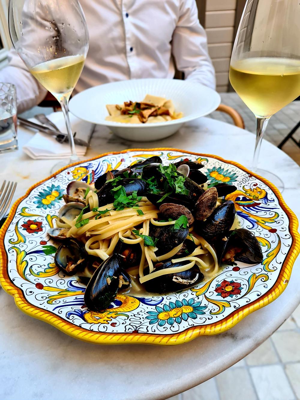 pasta , white wine, italian restaurant stavanger
