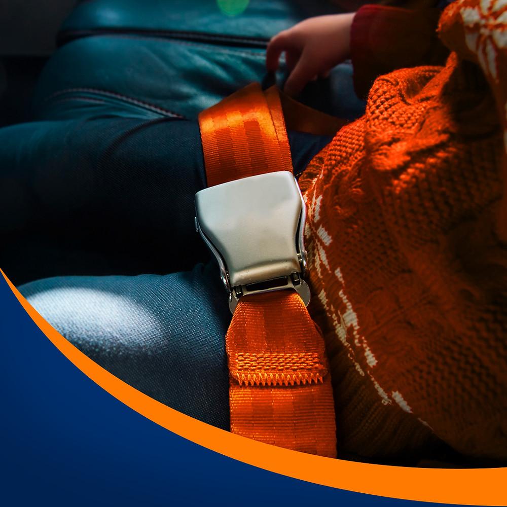 O cinto ajuda a manter as crianças sentadas e seguras