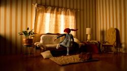 Violeta subiendose al sofá