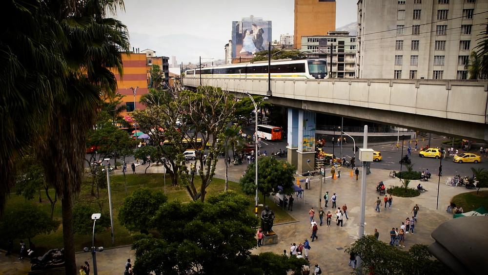 Le tramway de Medellin sur la Plaza Botero