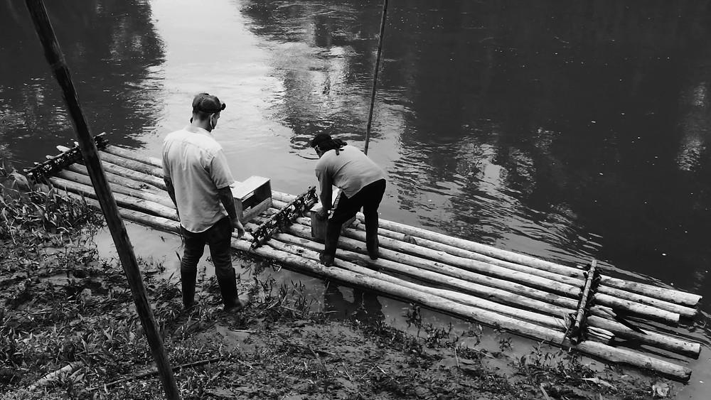 Le radeau dans l'Amazonie équatorienne à Macas shuars réducteurs de têtes