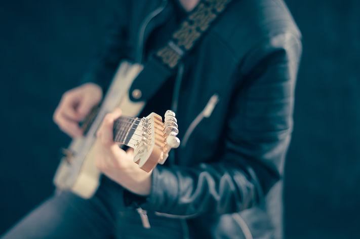 Spelar gitarr