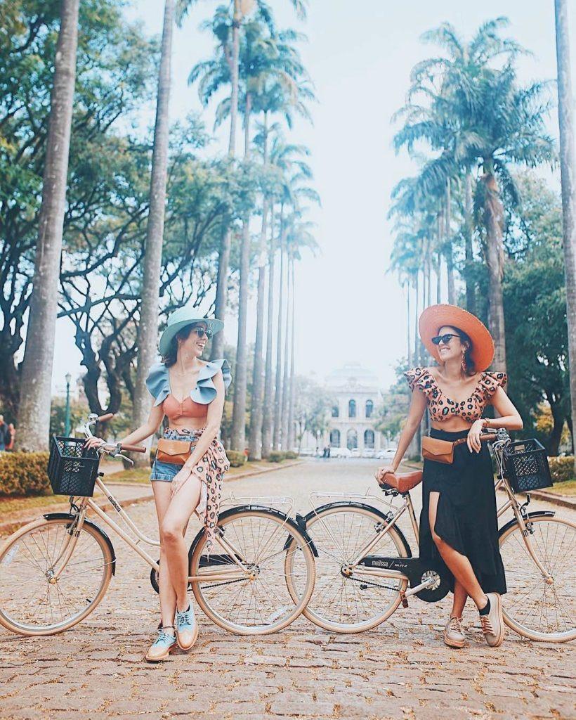 De bike no Carnaval: foto de post no Instagram de @bicicletasblitz, com @asagadabota, @magemonteiro e @estudiobingo