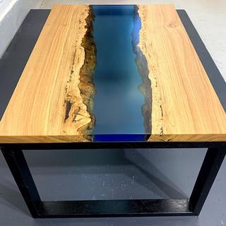 Eiken salontafel met epoxy rivier
