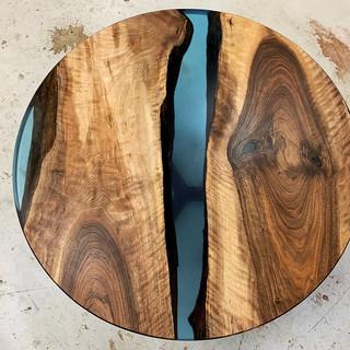 Ronde walnoten epoxy riviertafel