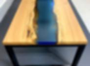 Salontafel van mooi eikenhout met blauwe epoxy rivier