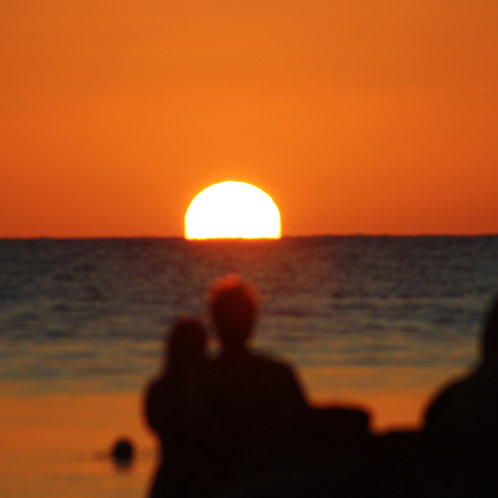 Romantik Grill Dinner mit Sonnenuntergang auf dem Meer