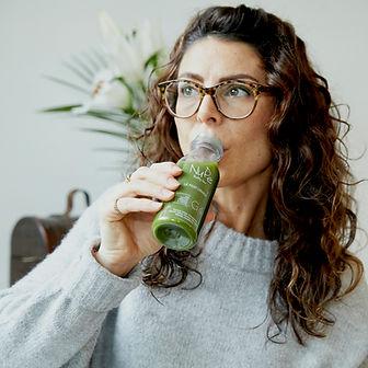 Femme dégustant un jus de fruits et legumes nude