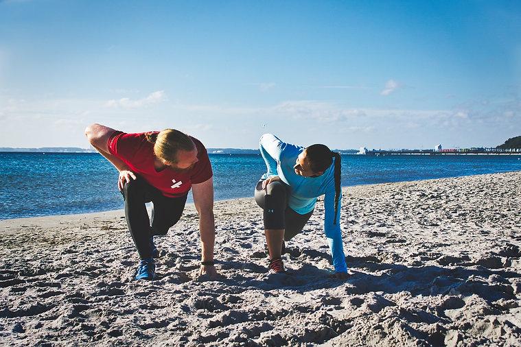 Personal Training am Strand Trainer und Kundin