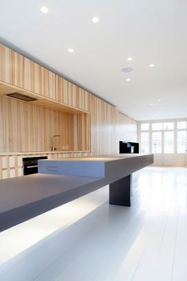 Essenhouten keuken met grijze keukeneiland/eettafel. (In samenwerking met Thomas Meubels)