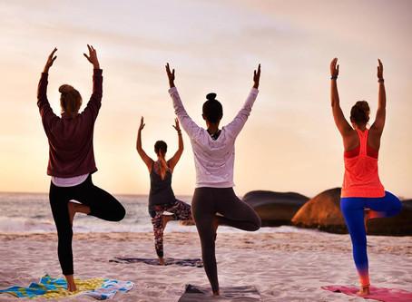 Yoga på stranden i sommar