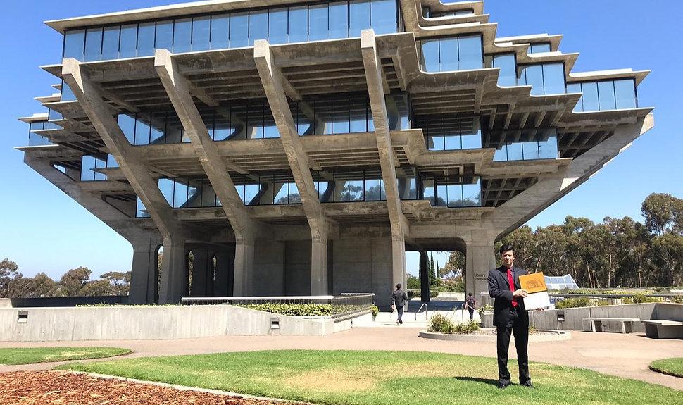 Anderson segurando certificado na Universidade da Califórnia em San Diego