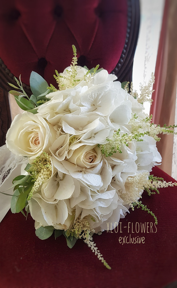 chic bridal bouquet με ορτανσίες αστίλβη και τριαντάφυλλα