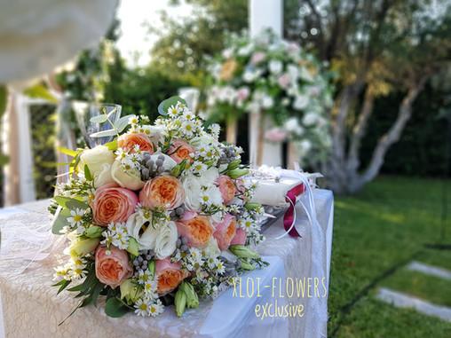 chic elegance με τριαντάφυλλα David Austin, aster και λυσίανθους σε απαλές πορτοκαλί αποχρώσεις