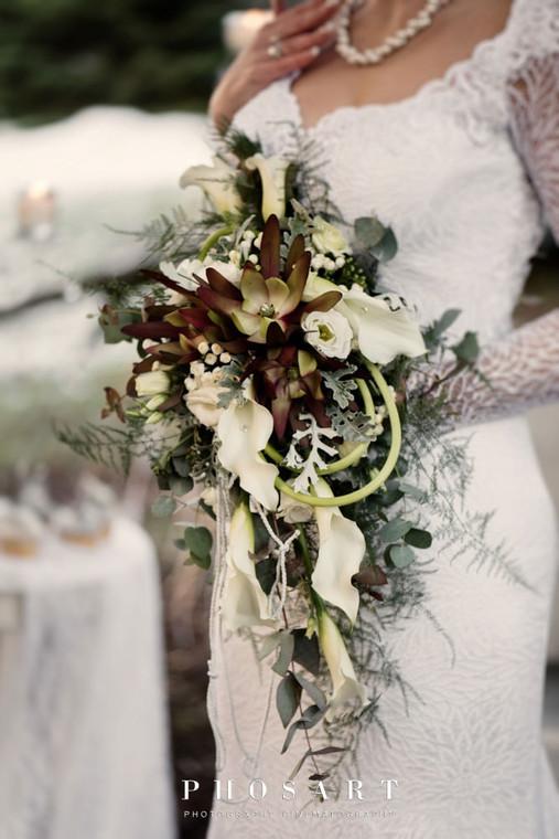 Κρεμαστή νυφική ανθοδέσμη με κάλες και λευκόδεντρο