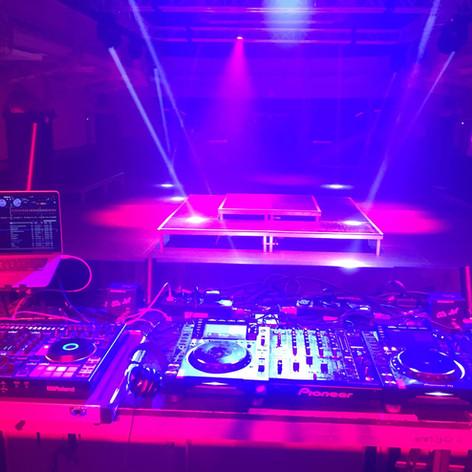 DJ setup in de concertzaal van de Vooruit in Gent