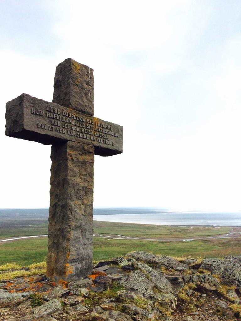 Cross to honor Auður