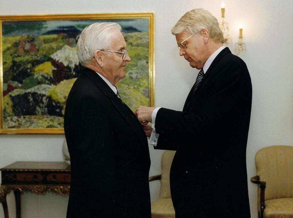 Sir Magnus Olafson and President Ólafur Ragnar Grímsson 1999