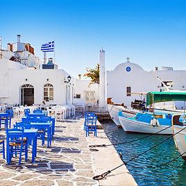 Grieks-vissersdorp-in-Paros,-Griekenland