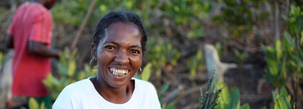 Madagascar_2012_Malagasy woman holding p
