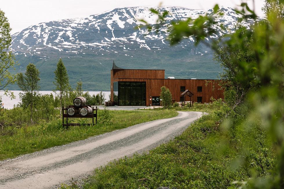 Aurora spirit Destillerie im Sommern wo Bivrost Produkte prodziert werden