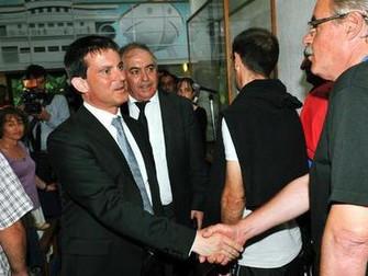 Manuel Valls auprès des policiers en souffrance