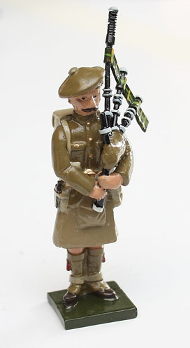 Fig 68A, WWI Piper, standing with Tam'o'Shanta.