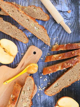 לחם שיפון וחיטה מלאה עם דבש ותפוחים