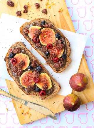 ממרח צ׳יה חרובים ואגוזים עם פירות טריים