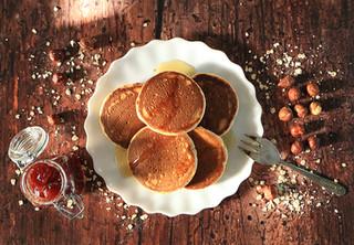 פנקייקס מקמח שיבולת שועל (ללא גלוטן) וחלב אגוזי לוז