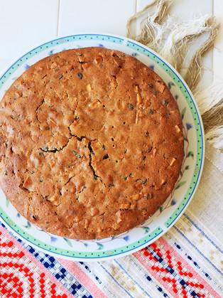 עוגת תפוחים ותבלינים עם אוכמניות מיובשות מקמח כוסמין, אורז ושקדים