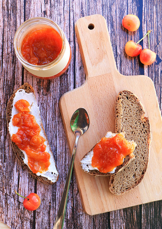 לחם שיפון וקינמון עם ריבת דובדבנים לבנים ביתית