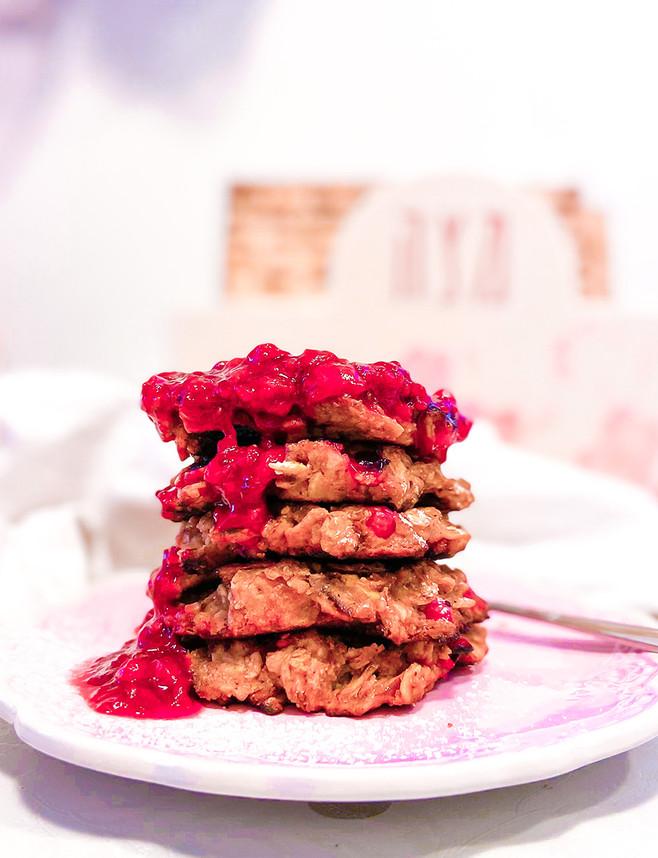 פנקייק ״מצה בריי״ עם דומדמניות אדומות וריבת תות ודומדמניות, גם בגרסה טבעונית