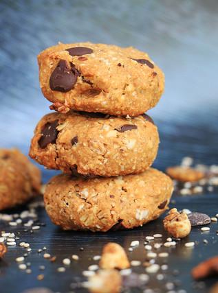 עוגיות קורנפלקס כוסמין ואשכולות גרנולה עם חמאת בוטנים ושוקולד צ׳יפס עם סוכר קוקוס