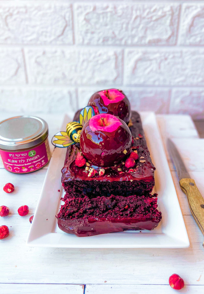 עוגת ״דבש״ אגוזי לוז ושוקולד גם בגרסה טבעונית