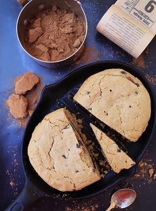 עוגיית שיבולת שועל על מחבת, עם מילוי שוקולד ושוקולד צ׳יפס