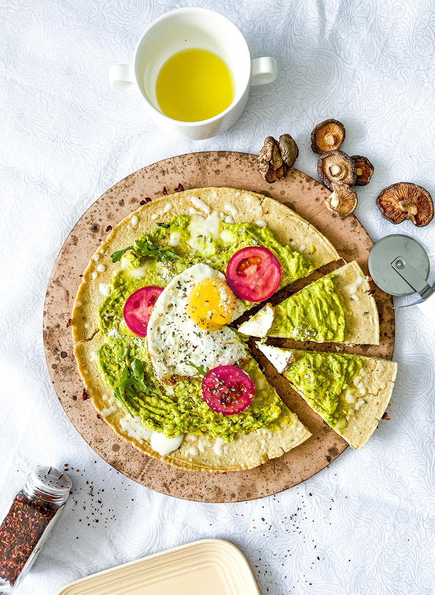 פיצה בריאה לארוחת בוקר עם אבוקדו