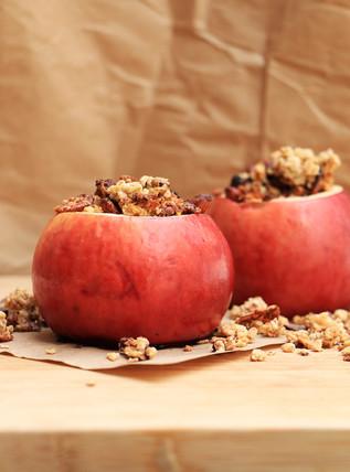 תפוח אפוי עם גרנולה שוקולד שקדים
