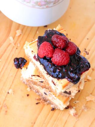 עוגת גבינה / עוגת קוטג׳ ויוגורט עם מחית פירות יער