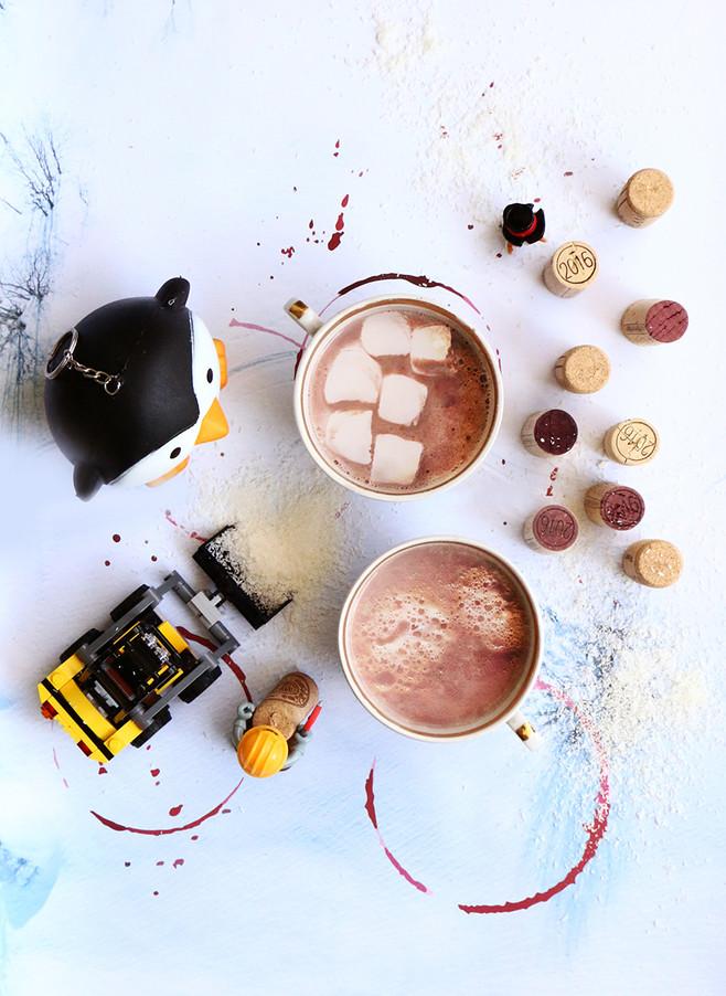 משקה שוקולד חם טבעוני עם יין אדום