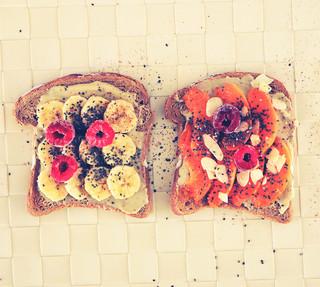 סנדוויץ׳ ממרח שקדים ובננה לארוחת בוקר בריאה