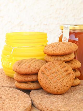 עוגיות דבש וחמאת בוטנים מקמח שיפון ושקדים