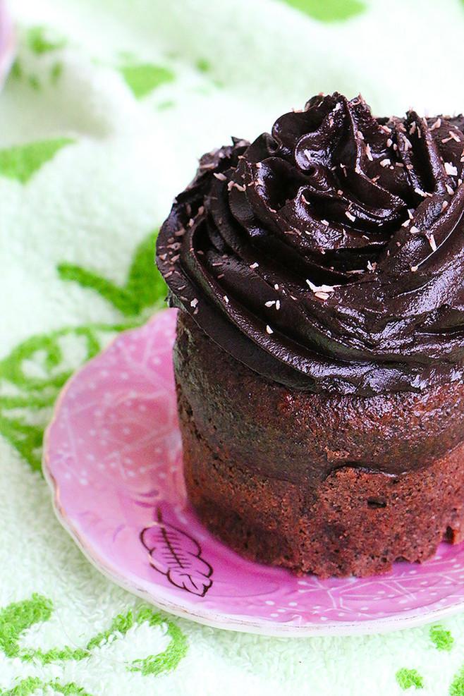 מאפינס פרג שוקולד מקמח כוסמין מלא עם קרם שוקו אבוקדו