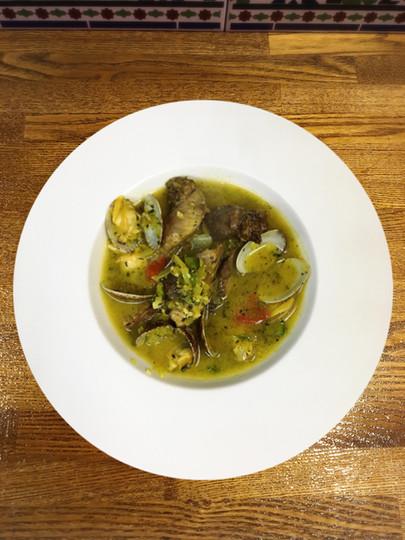 マグロほほ肉とアサリのサフラン煮込み