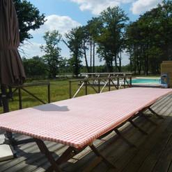 Table extérieure et piscine