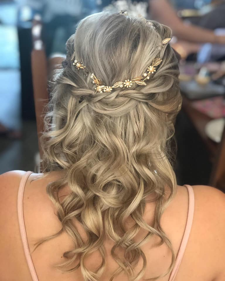 Beautiful Bridesmaid curls with twist de