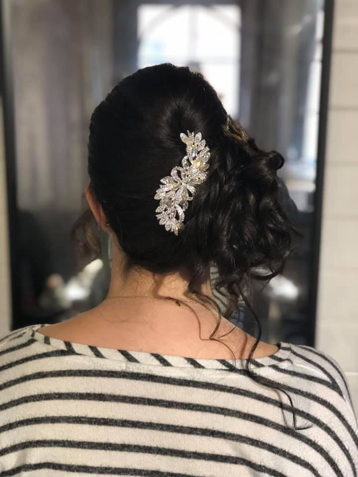 pretty side updo for this beautiful brid