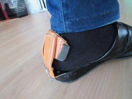 踵を蝶番で開閉して押さえる《手楽靴(てらくくつ)開発日誌2》