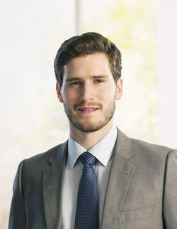 L'homme avec cravate coloréeFemme en costume